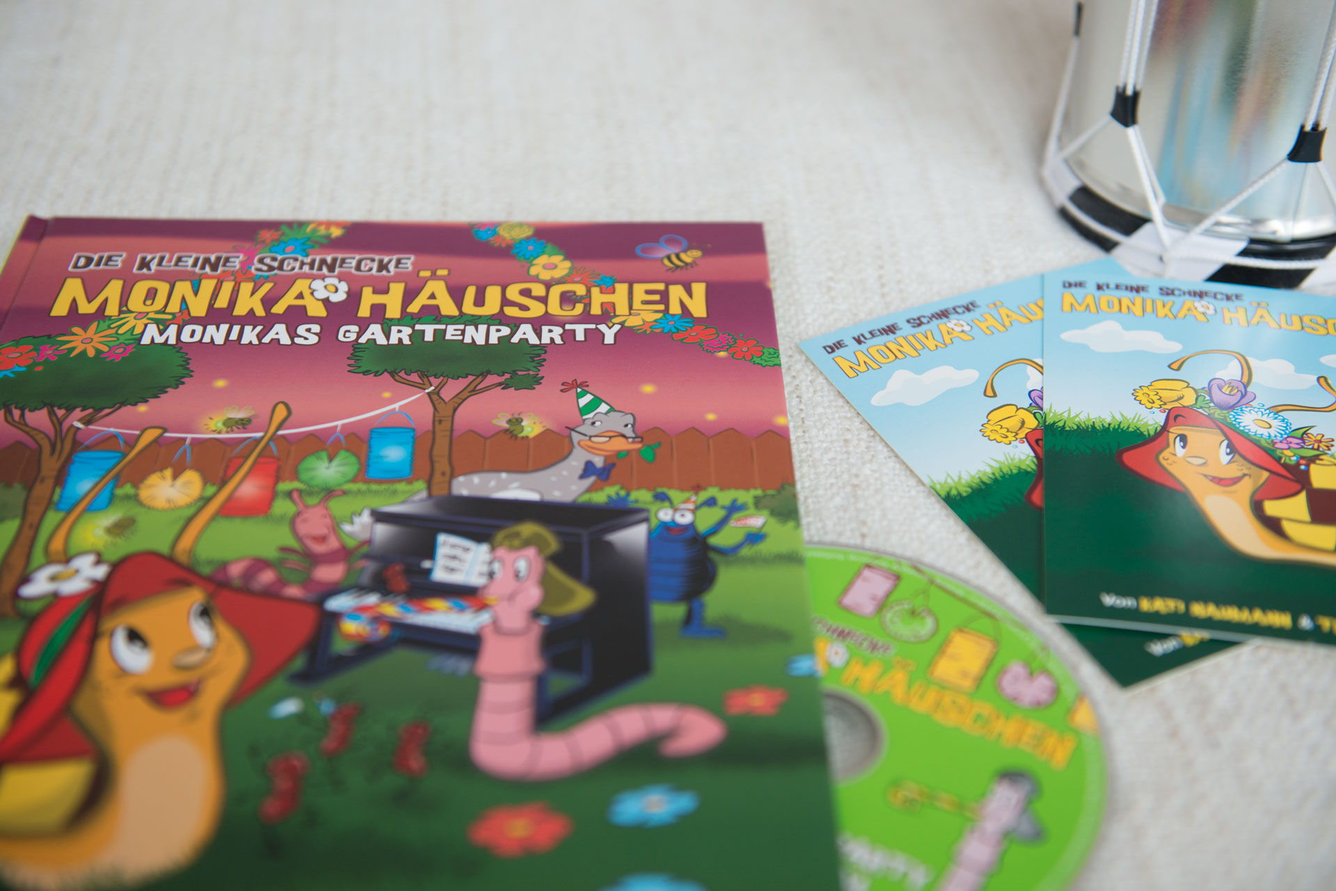 Beitragsbild-Liederbuch-Monika-Häuschen-Kati-Naumann-basteln-mit-Kindern-Hörspiel-lernen-Wissen-singen-Theaterstück-Kinder-Schule-Lehrer