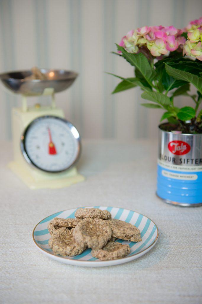 vegan-backen-mit-kindern-rezept-gesunde-kekse-banane-babykekse-monika-häuschen5